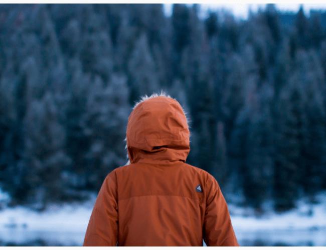 真冬の山にいる少年