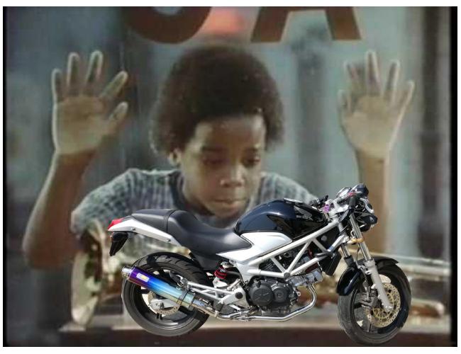 ショーウインドウのバイクを見つめる人