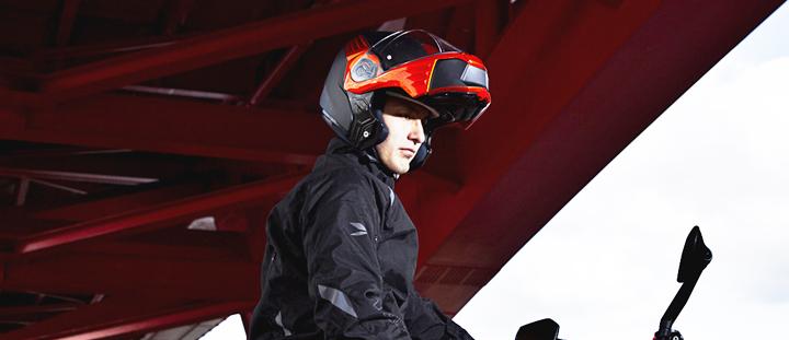 システムヘルメットをかぶっているライダー