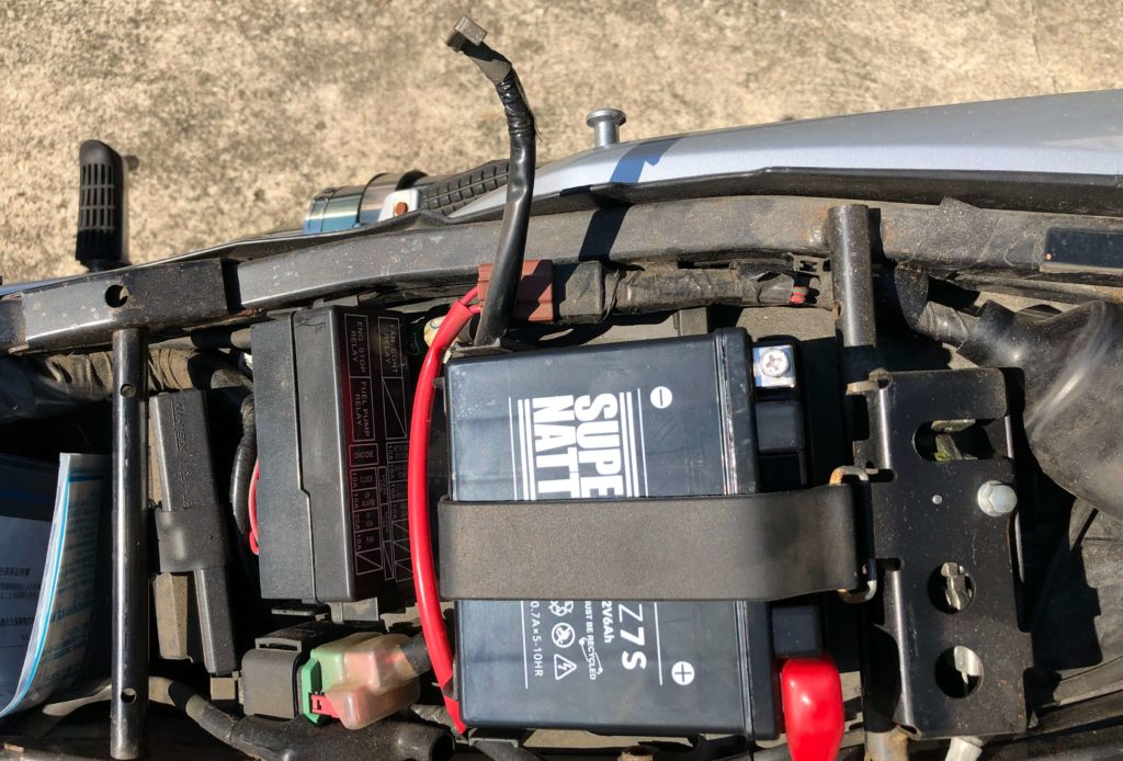 VTR250のバッテリーを外す