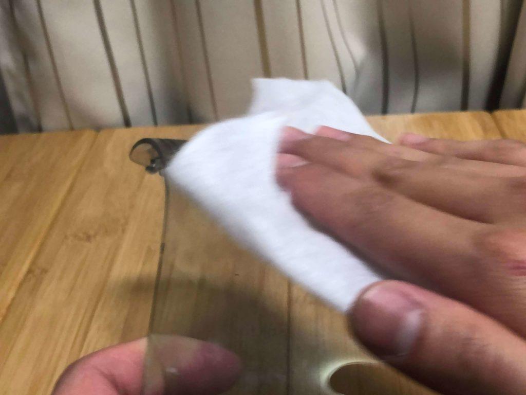 シールドを柔らかい布でうすく伸ばす